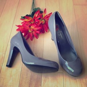 Jessica Simpson Gray Rounded Toe Pumps